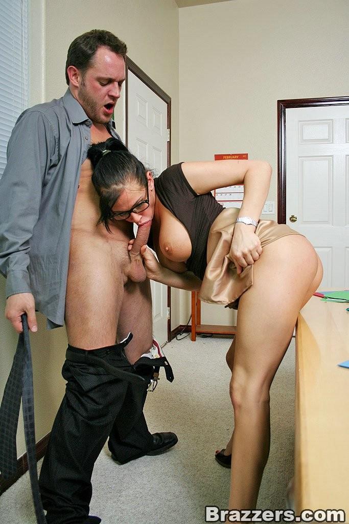 придвинулась матери, парень трахает жену своего босса нечто вроде паровозика