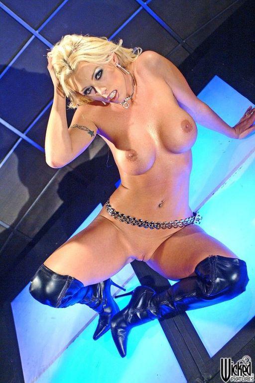 Brittney Skye Stripper Posing Her Pussy