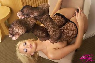 Leggy babe Lonnie in black fishnet stockings
