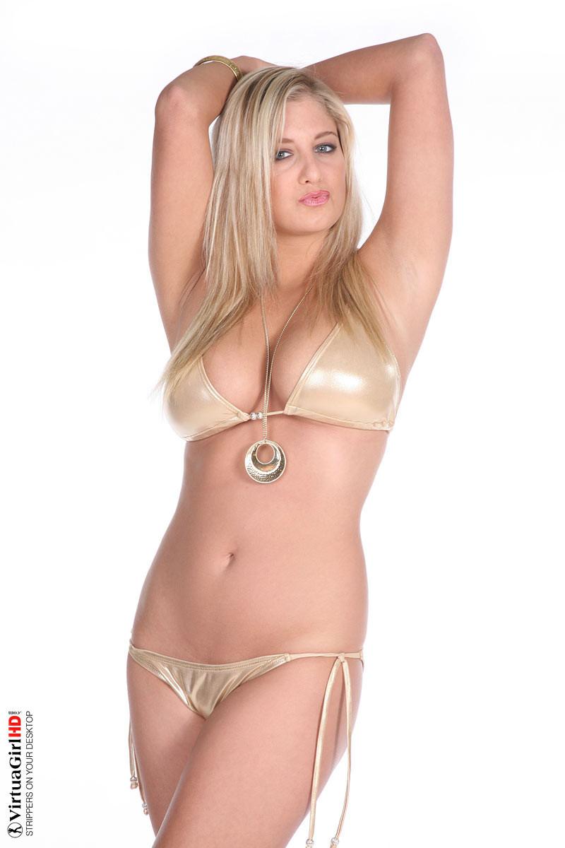 Блондинка Синди в бикини показывает только сиськи