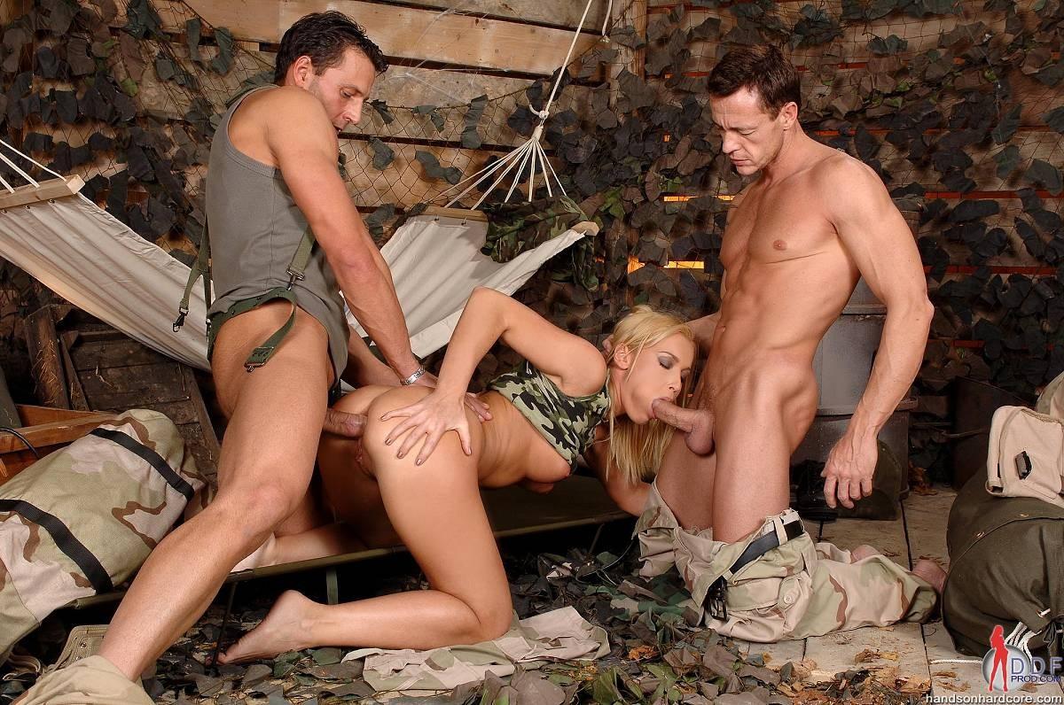 Военнопленная от недотраха сама дала двум солдатам порно фото бесплатно