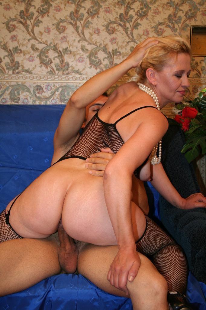навалился фото зрелые дамы и молодые шлюшки плавки