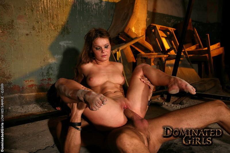 Порно маньяк держит рабынь в подвале