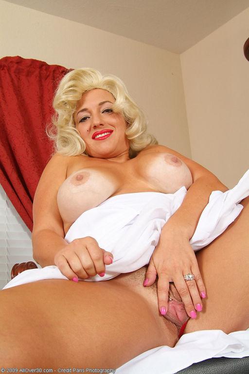 Marilyn Monroe looking milf shows her tits