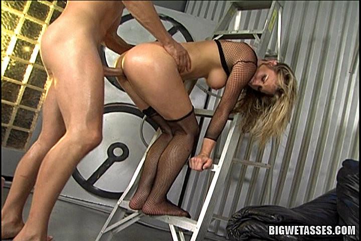 последний блин трахнул на железной лестнице порно