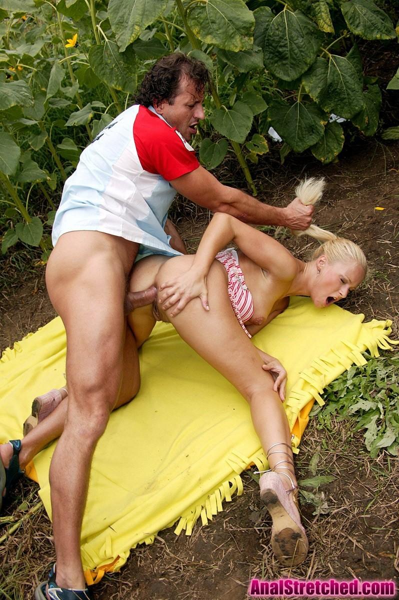 порно блондинки в кустах четырёх ногах