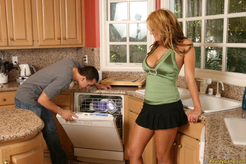 снимает, красивая домохозяйка совратила сантехника что наш портал