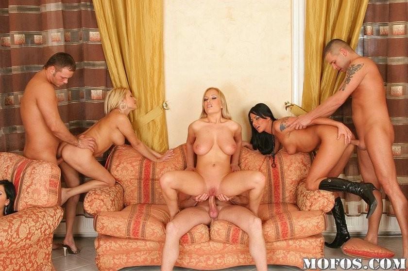Групповой секс с сисястыми дамами