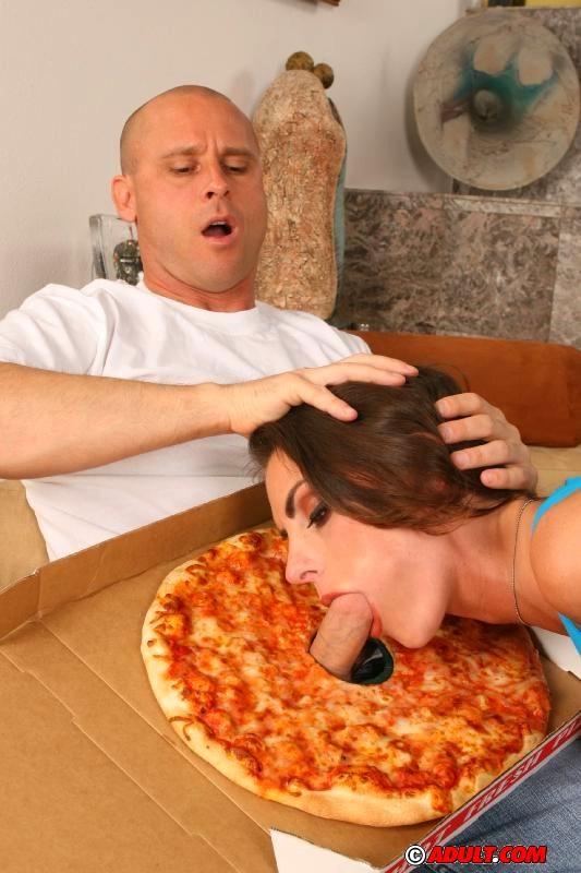 Отлизала зад доставщику пиццы и отсосала член