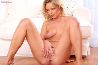 Busty babe Renata Daninsky showing off her fabulou