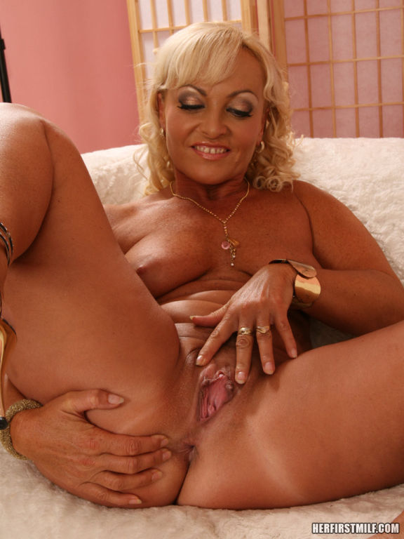 Renata spreads pussy before playing and showing of