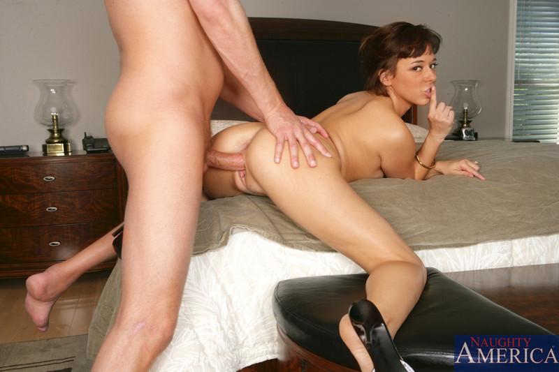 Бесподобная подружка позирует в номере отеля порно фото бесплатно