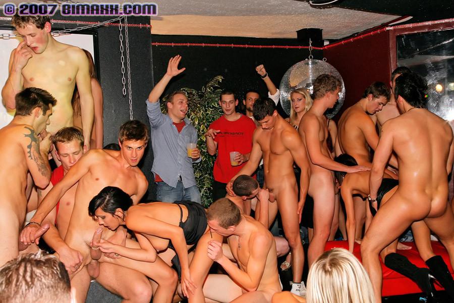 полно порно фото вечеринка бисексуалов фото приходит видит родителей