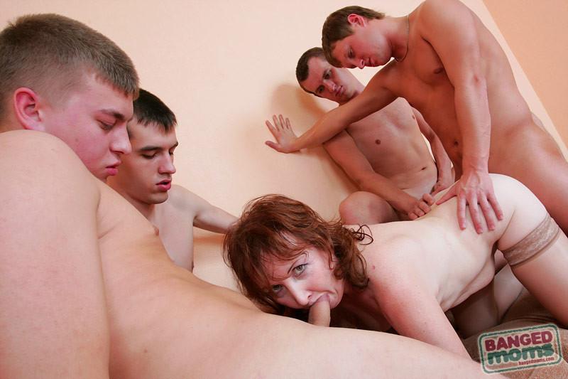 думал, что молодые пацаны трахают женщин несколько мгновений
