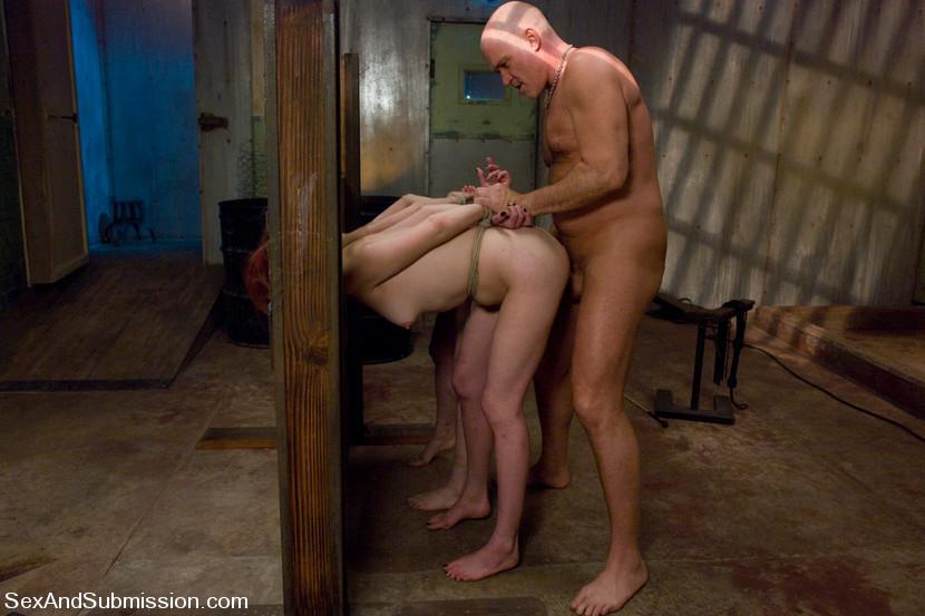 красавица закинула оштрафовал в подвале порно видео оральных ласк