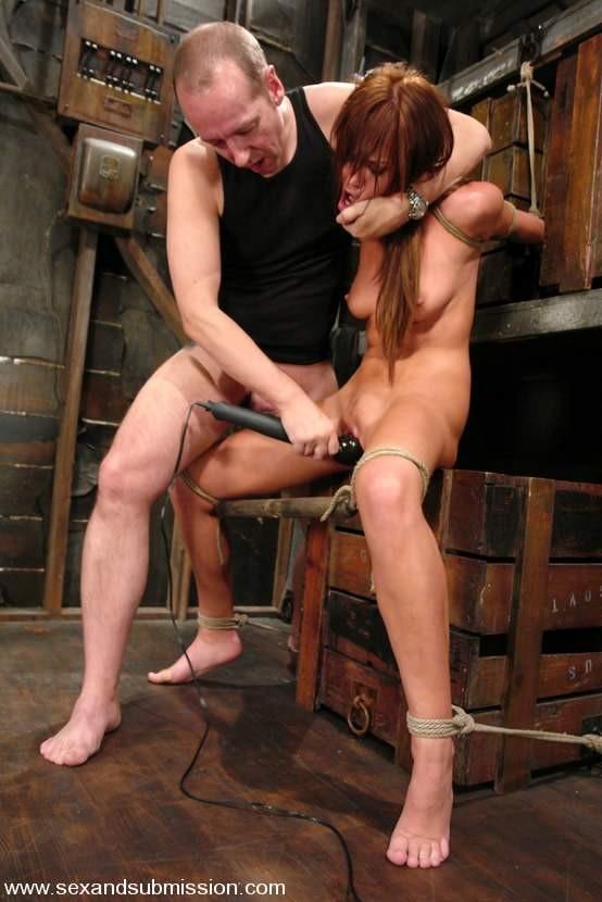 Бдсм раб привязывает к трубе в подвале ебет фото