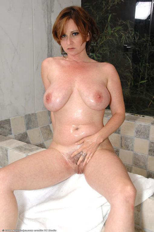Curvy huge boobs milf scrubs big breasts in shower