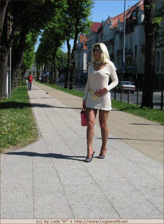 Leggy stocking amateur Ewa in public
