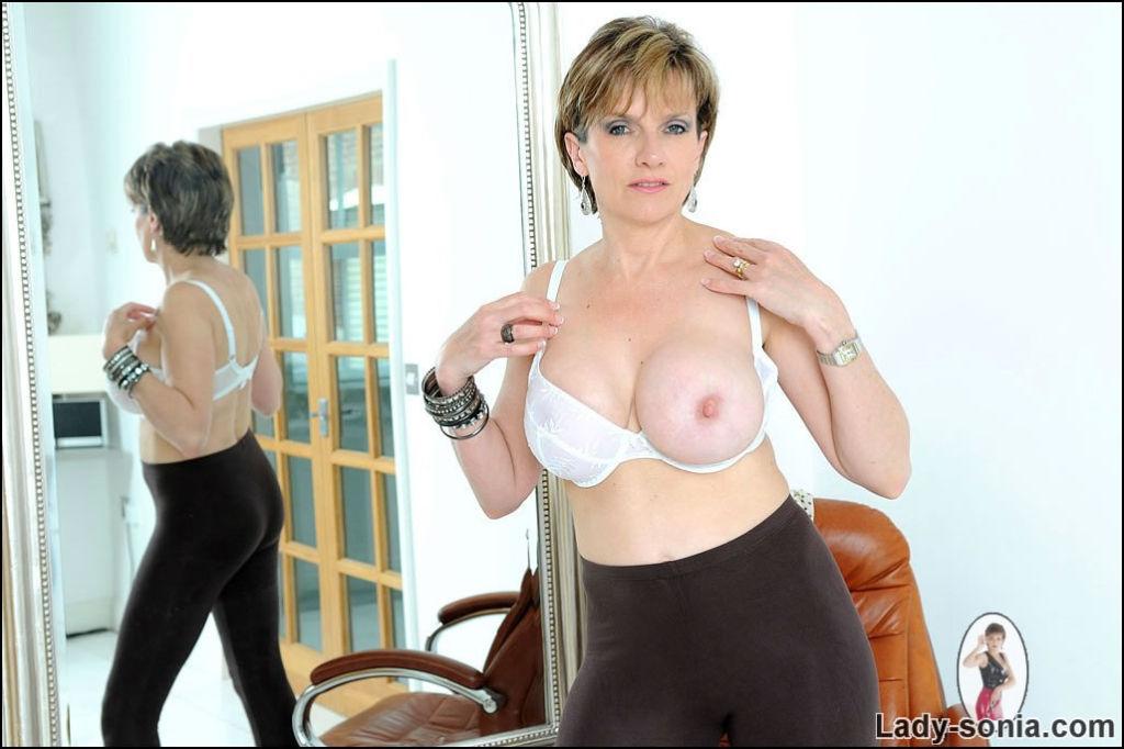 Amazing tight body leggings milf babe stripping