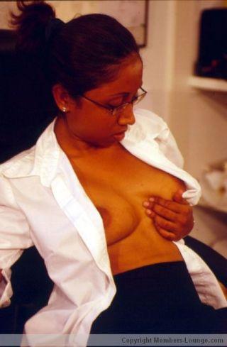 Indian babe flashing her boobs