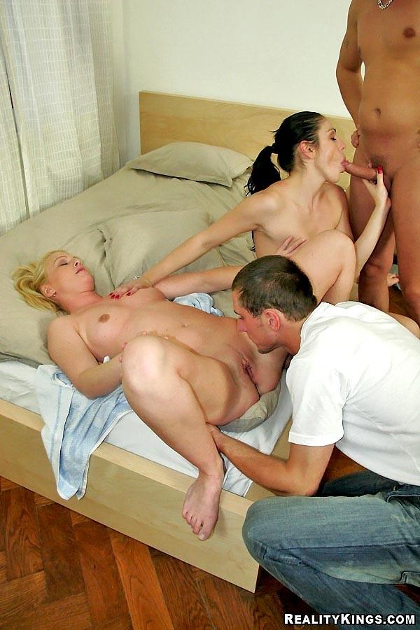 Порно соседка попала на групповуху