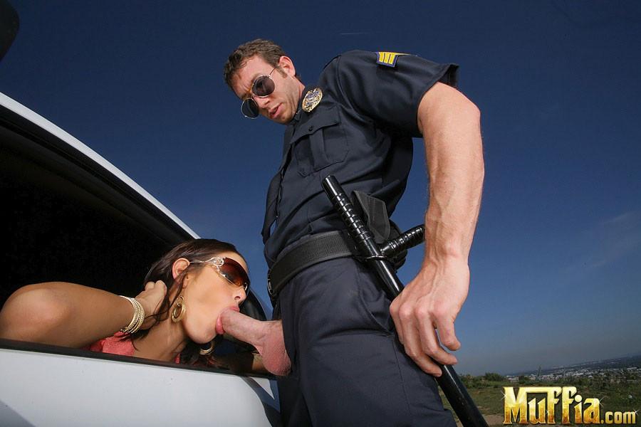Смотреть ебут полицейскую