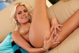 Nicole Graves masturbating her pussy on the leathe