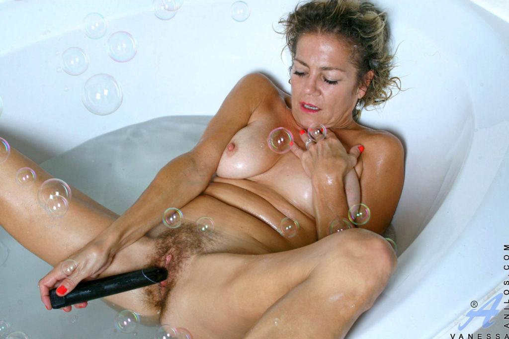 Experienced cougar Vanessa enjoys her bubble bath