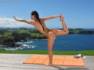 Nude yoga girl giving outdoor pussy crack closeups