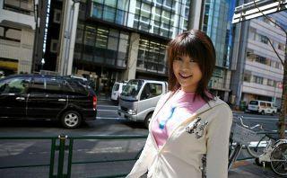 Azumi Harusaki asian cutie poses outdoor shows ass