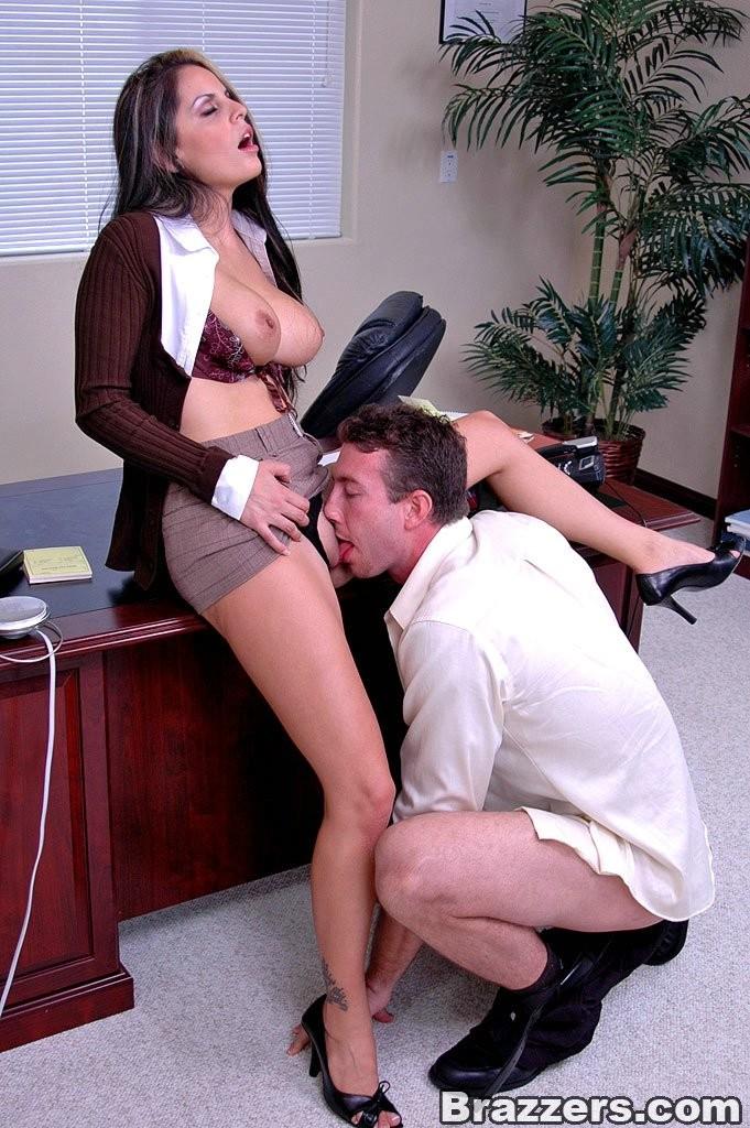 Секс мужик не устоял когда нагнулась начальница