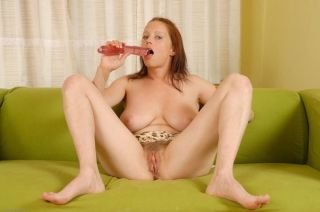 Milfy Carol toys her big lipped natural pussy