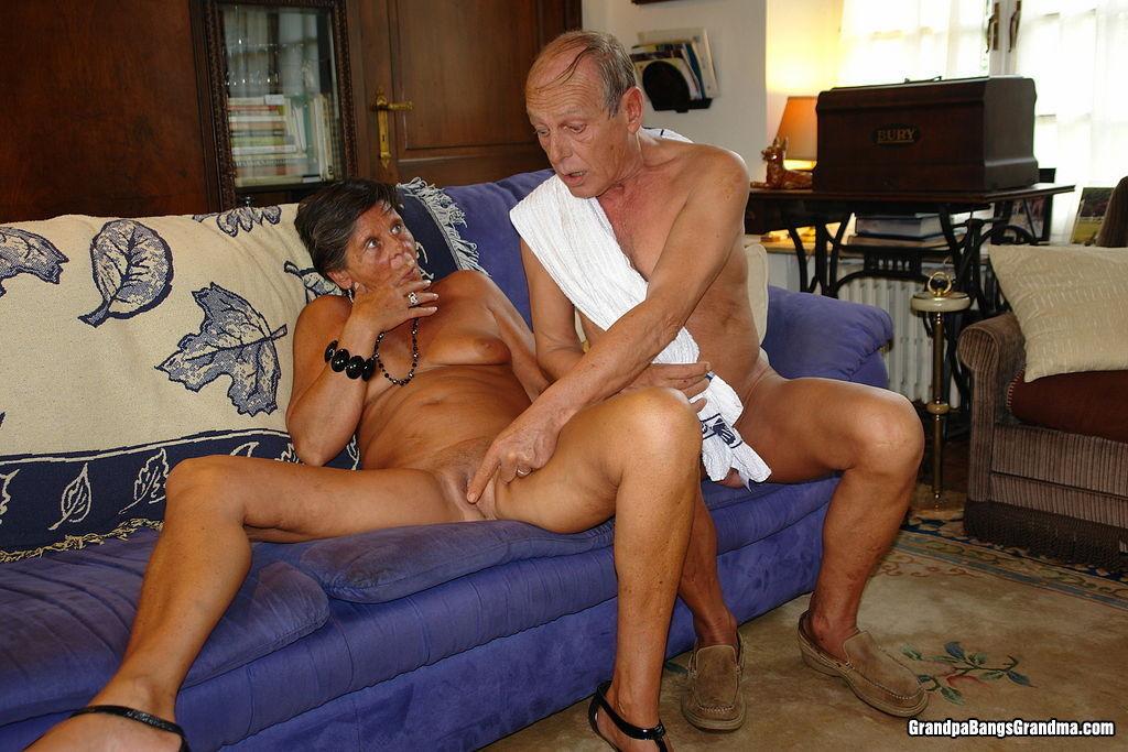 старики и старушки в сексе раздвигают ножки показывают