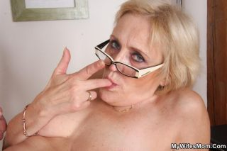 He pulls out and cums on her granny legs so she ca