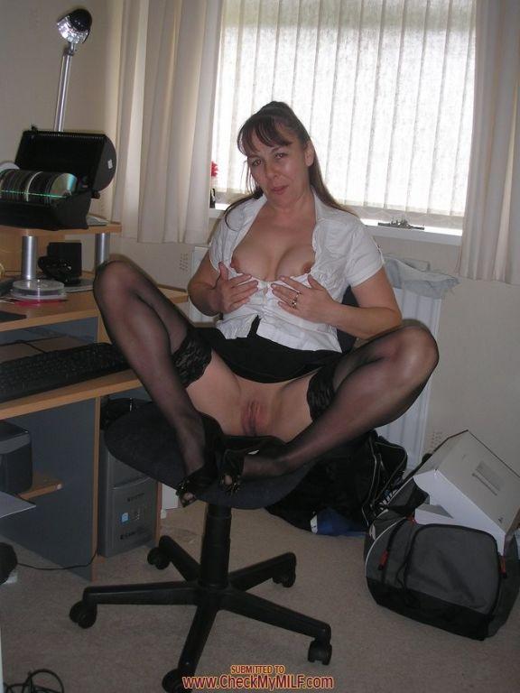 Mature amateur slut posing