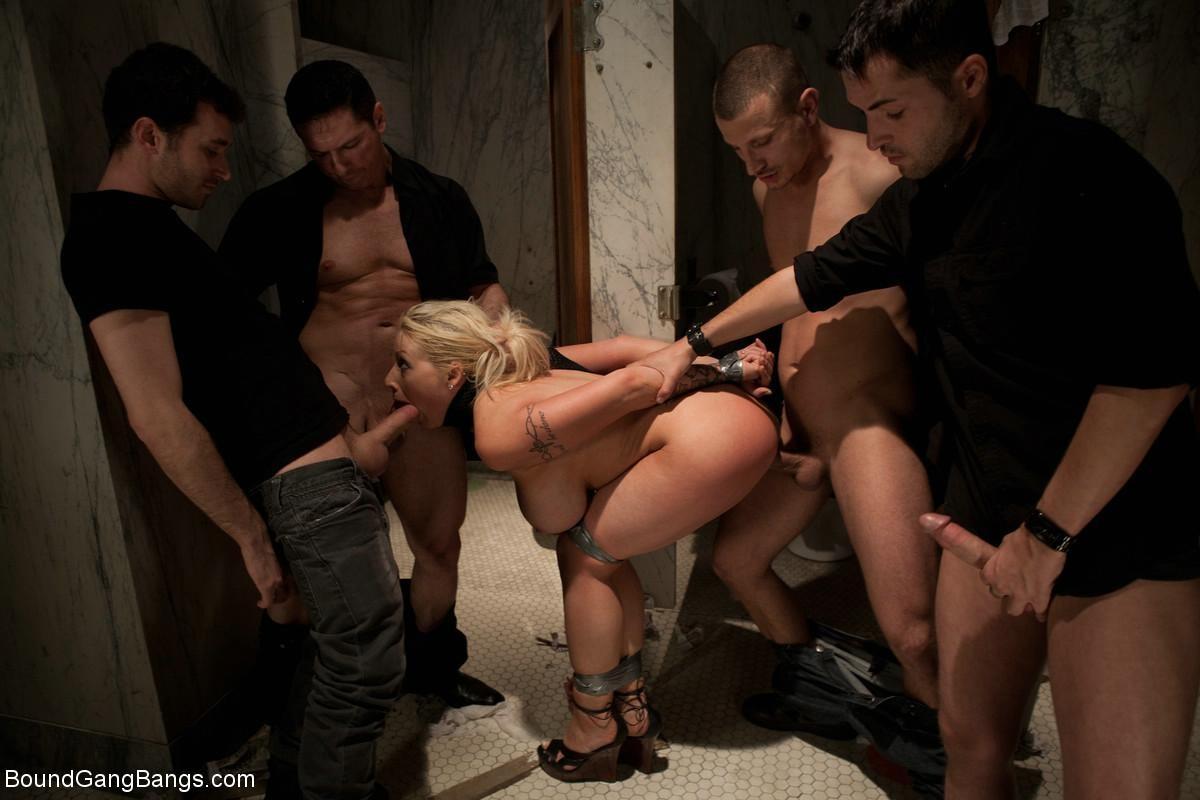 трое парней трахнули телку в мужском туалете отсосёт