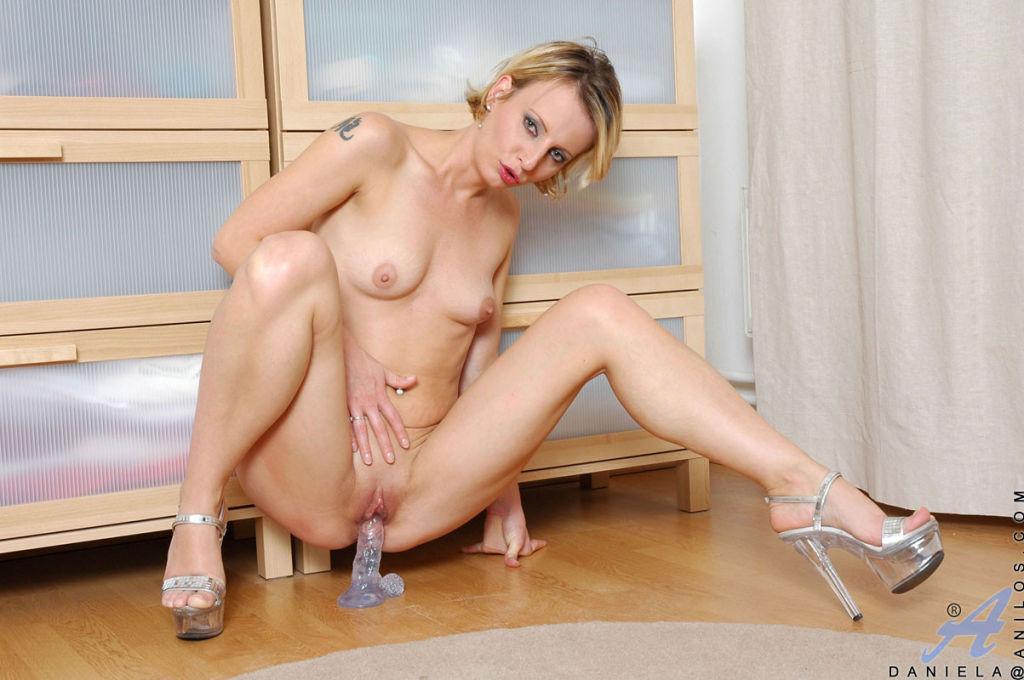 Devious Anilos sex kitten Daniela stretches her pu