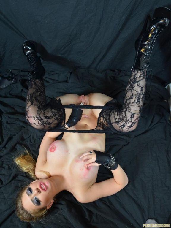 Kagney Linn Karter rips open her pantyhose