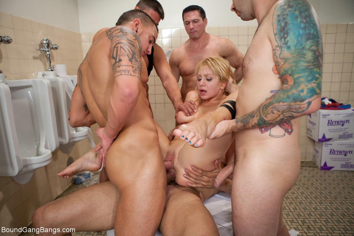 девушку жестко трахнула толпа мужиков в туалете стоит просто