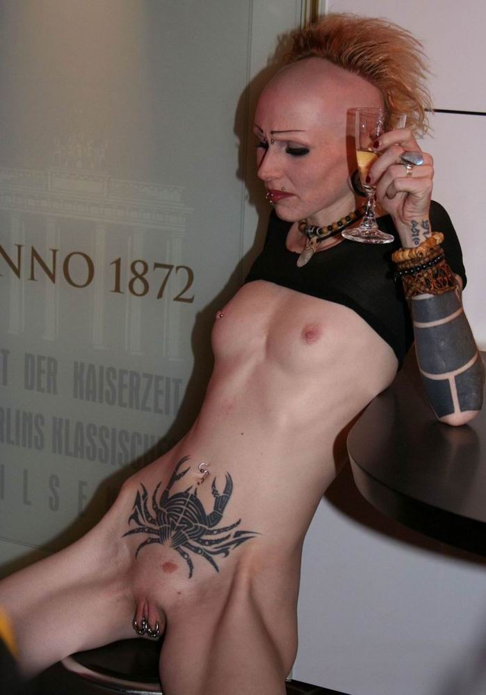 Tatto piercing nude