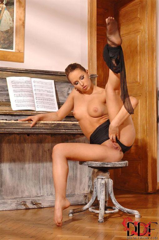 Aleksa Diamond pleasures herself in the ballet stu