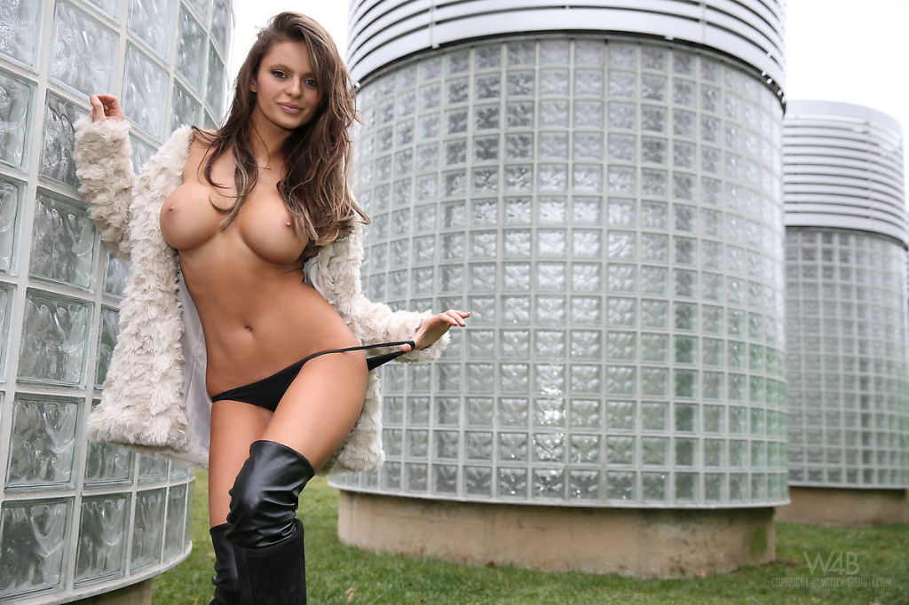 Sexy Dana Harem Nude in Public