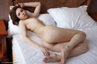 Sexy erotic babe Oliviana posing in nude art