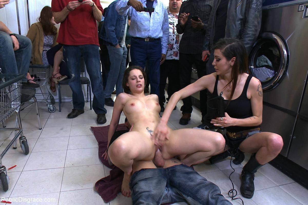 Дает всем секс на публике