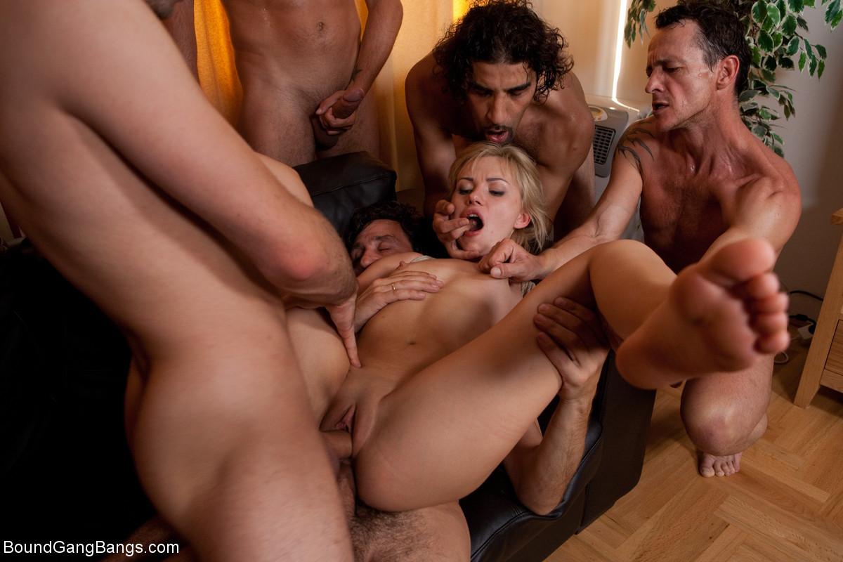 Секс gang bang, Ганг Банг - Сочное Ганг Банг порно где трахают толпой! 3 фотография