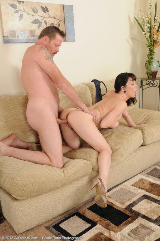 Секс с соседкой прямо на диване