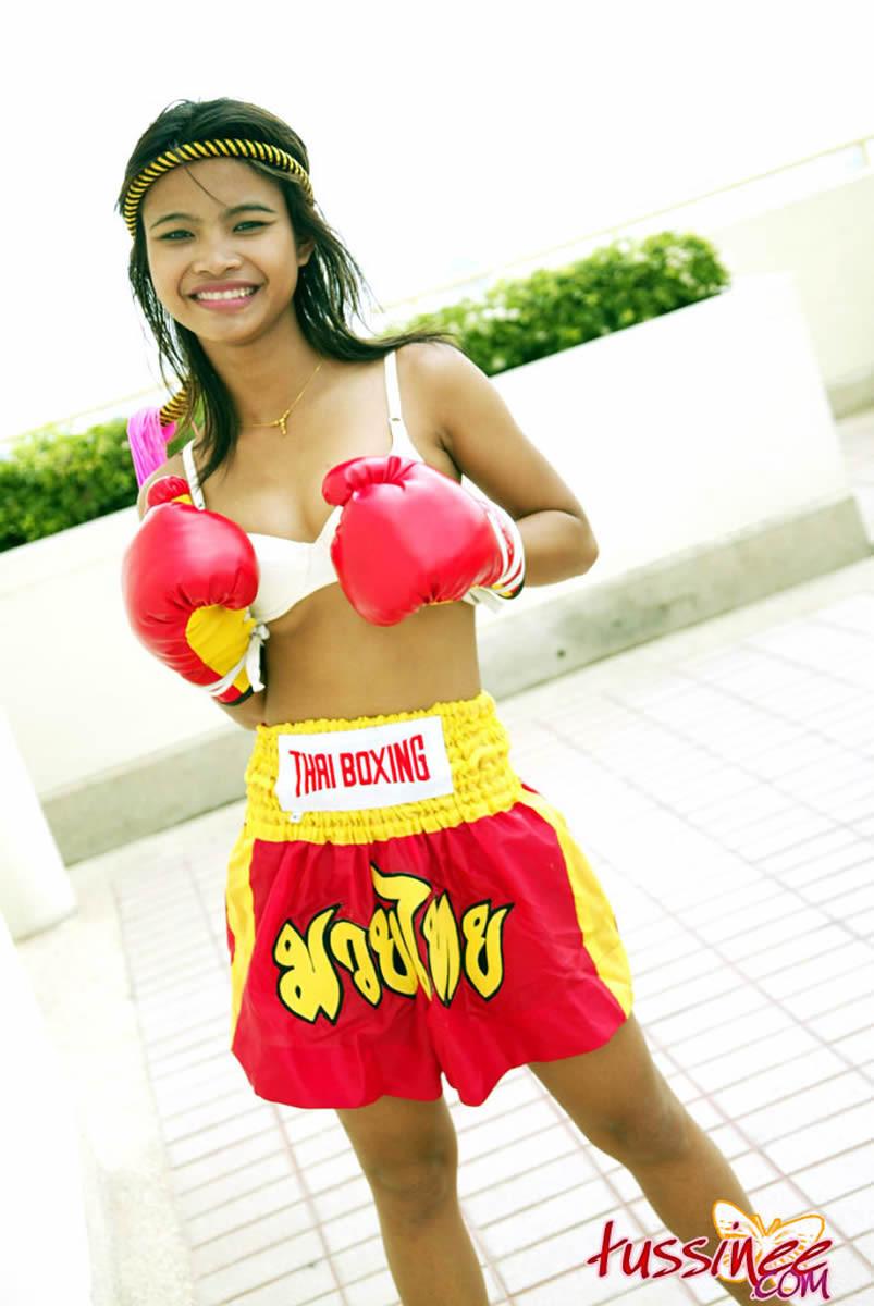 Naked muay thai girl