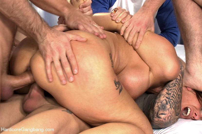 Толстуху жестко дерут впятером порно