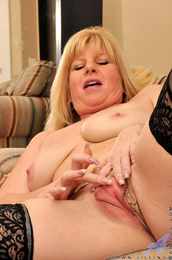 Shaking, Nude mature womenin mirror