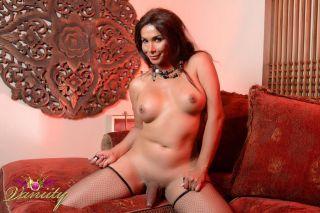 Sexy shemale Vaniity plays with herself